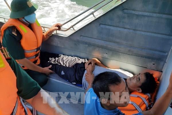Kịp thời đưa vào bờ cấp cứu một ngư dân bị tai biến liệt nửa người