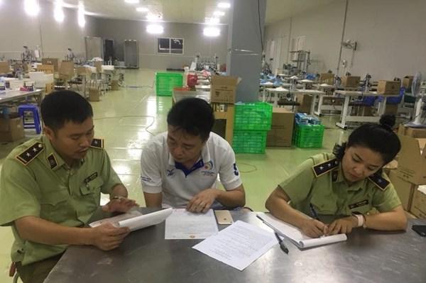 Dùng 2000m2 nhà xưởng để đóng găng tay tái chế