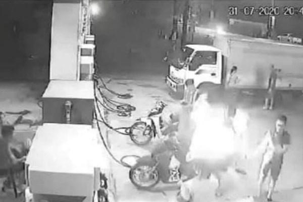 Xử phạt nhóm thanh niên hút thuốc gây cháy tại cây xăng