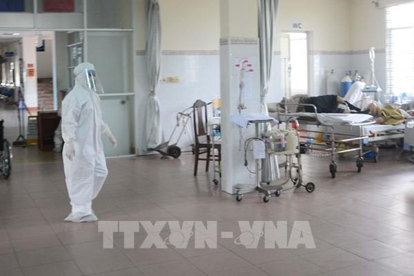 Các chuyên gia hội chẩn các ca bệnh COVID-19 nặng