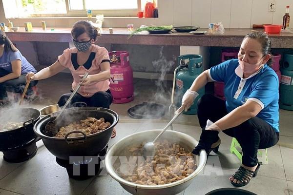 """Dịch COVID-19: Một ngày ở gian bếp của các """"anh nuôi"""" trong khu cách ly"""