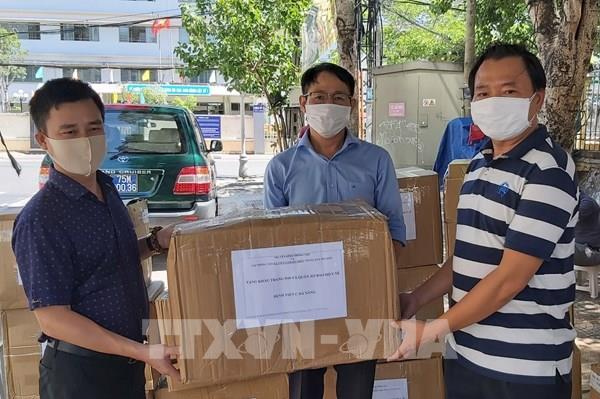 Trao tặng 16.000 khẩu trang N95 và đồ bảo hộ y tế cho lực lượng phòng, chống dịch Đà Nẵng