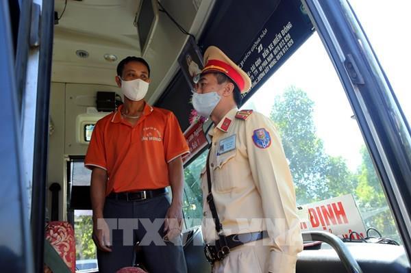 """Hà Nội tái diễn tình trạng xe khách chạy """"rùa bò"""", dừng đỗ bắt khách"""