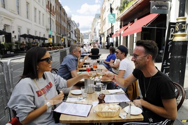 """Các nhà hàng tại Anh """"đắt"""" khách trở lại"""