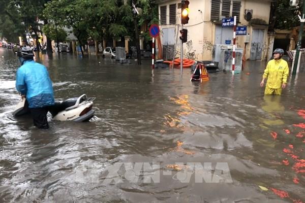 Mưa lớn trên diện rộng làm ngập nhiều tuyến phố tại Hà Nội