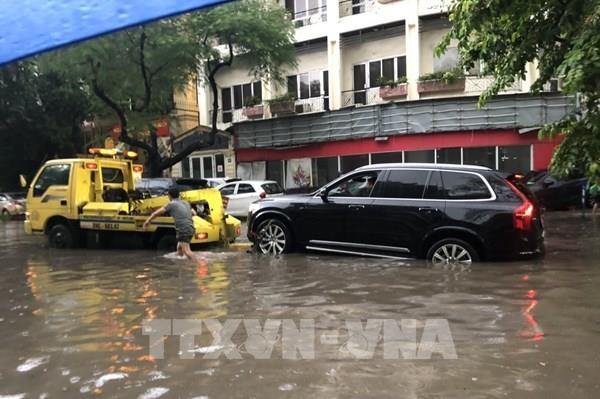 Kinh nghiệm lái xe qua đoạn đường ngập nước không thể bỏ qua