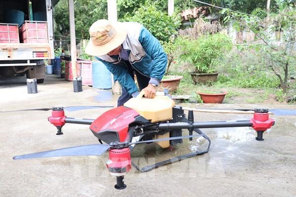 Phun thuốc diệt sâu mới gây hại cây dừa bằng máy bay không người lái