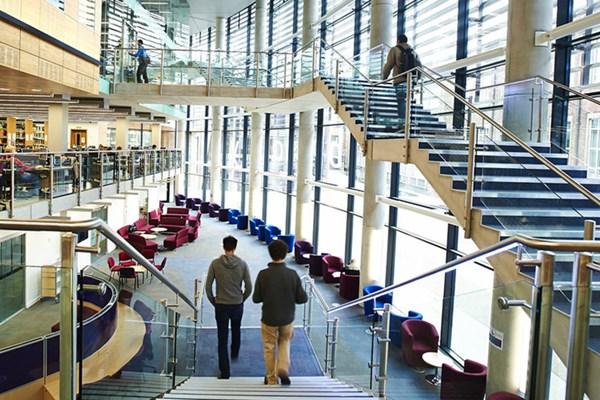 Tuyển sinh đại học Anh mùa COVID-19: Từ thiếu chuyển thành thừa