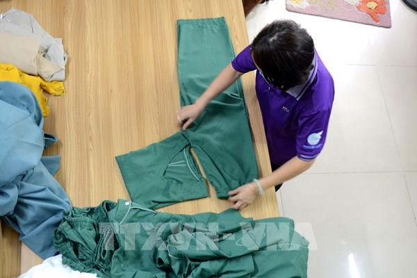 """""""Hậu phương"""" trong phòng chống COVID: Bài 2 - Những tấm áo blouse gửi tặng """"tiền tuyến"""""""