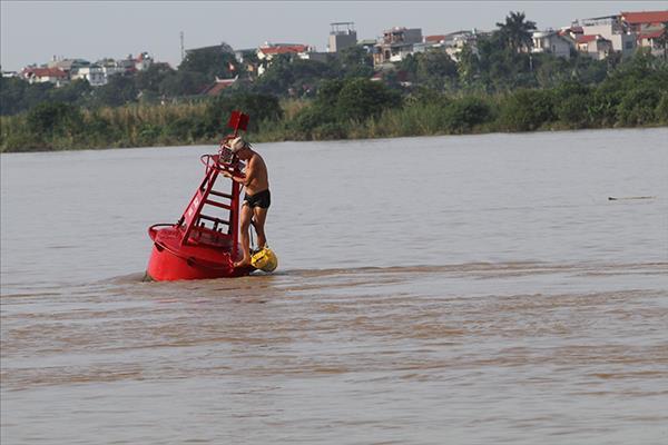 Bất chấp nguy hiểm, người dân Hà Nội tắm giữa nước lũ sông Hồng