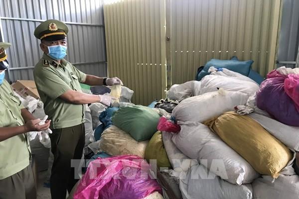 Phát hiện hàng chục tấn găng tay y tế đã qua sử dụng chuẩn bị được tái chế