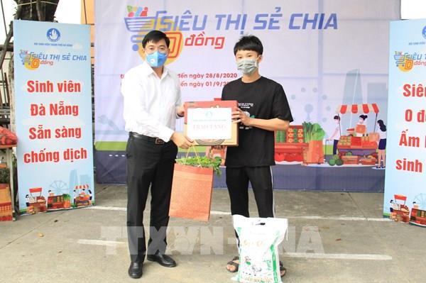 """""""Siêu thị sẻ chia 0 đồng"""" hỗ trợ sinh viên khó khăn tại Đà Nẵng"""