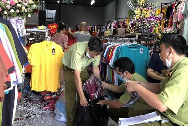Tạm giữ gần 380 sản phẩm hàng hóa giả mạo nhãn hiệu Nike, Adidas, Burberry, Uniqlo