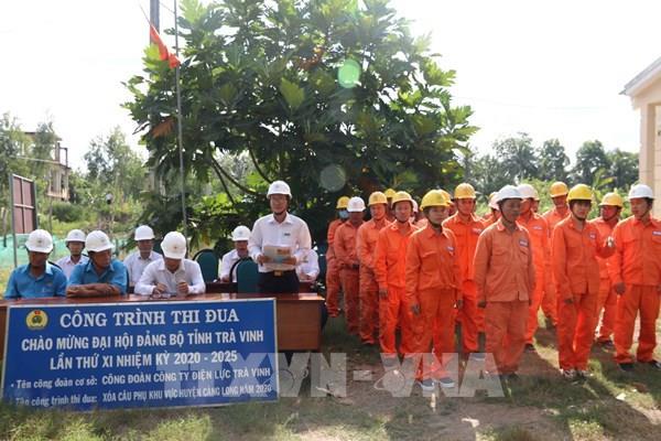 Làm đường điện hạ thế cho vùng nông thôn sâu ở Trà Vinh