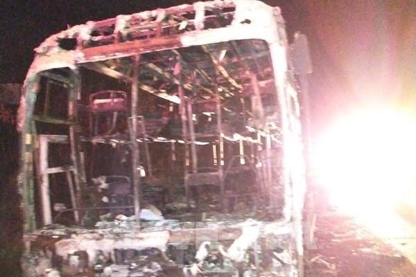 Xe khách giường nằm bốc cháy trong đêm, hành khách may mắn thoát nạn