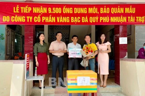 PNJ ủng hộ 9.500 ống sinh thiết xét nghiệm COVID-19 cho Quảng Ngãi