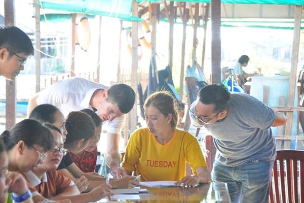 Lớp học tiếng Anh đặc biệt trên bè cá ở Cồn Sơn