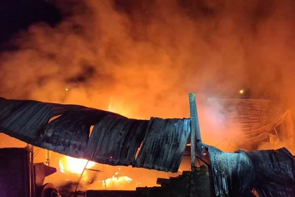 Hỏa hoạn thiêu rụi nhà kho bao bì