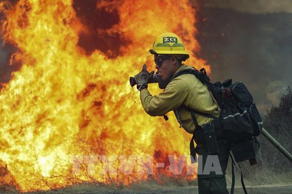 Giải cứu hơn 200 người mắc kẹt do cháy rừng ở California