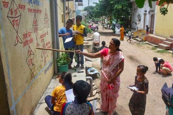 Độc đáo các lớp học ngoài trời tại Ấn Độ thời COVID