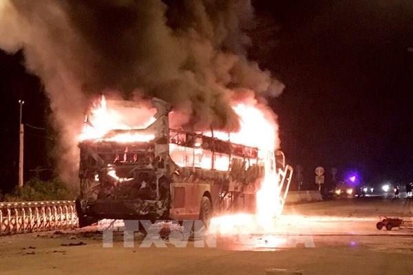 Xe khách bốc cháy dữ dội trong đêm