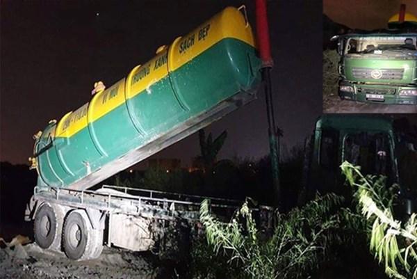 Hà Nội: Phát hiện 2 xe ô tô đổ trộm phế thải ra môi trường