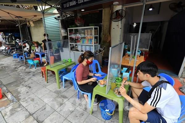 Bất chấp lệnh cấm, tình trạng lấn chiếm vỉa hè tại Hà Nội vẫn diễn ra tràn lan