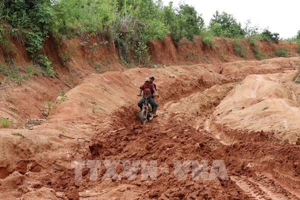 Đề xuất phương án đầu tư tuyến đường đến làng Đê Kôn sau phản ánh của TTXVN