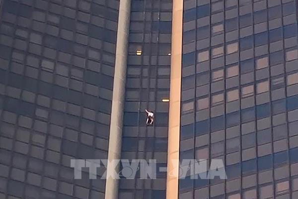 Pháp bắt giữ đối tượng leo lên tòa nhà Tour Montparnasse cao nhất tại Paris