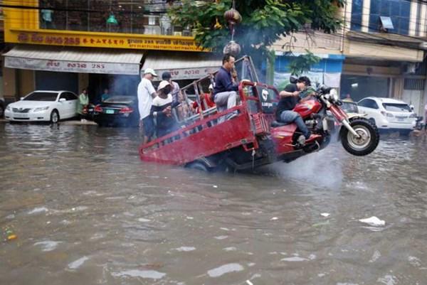 Mưa lớn gây lũ lụt nghiêm trọng tại nhiều tỉnh của Campuchia