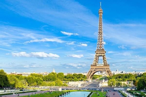 BREAKING NEWS: Sơ tán khẩn cấp tại Tháp Eiffel của Pháp