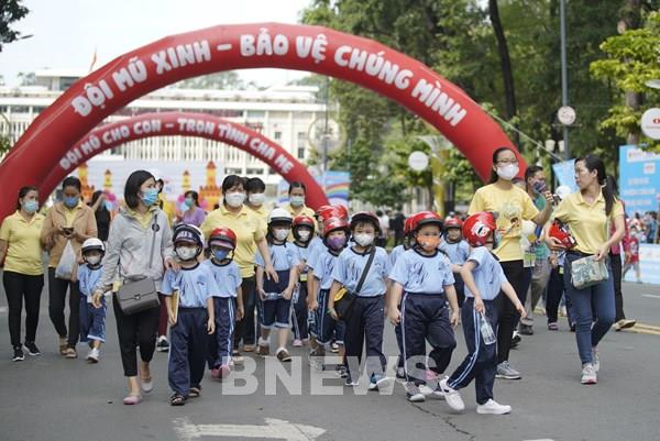 Đi bộ vận động toàn dân đội mũ bảo hiểm cho trẻ em năm học 2020-2021