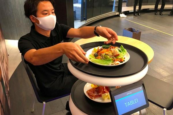 Softbank giới thiệu người máy Servi để giảm nguy cơ lây nhiễm COVID-19