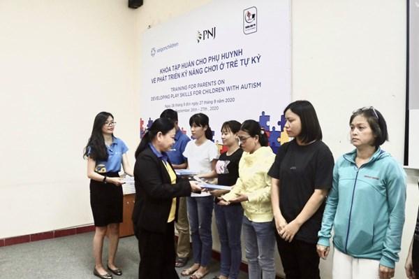 PNJ tặng tài liệu hỗ trợ và phục hồi chức năng cho trẻ tự kỷ
