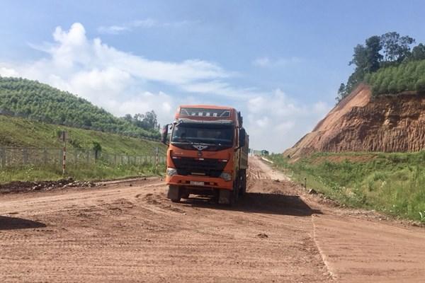 Đề xuất xử lý xe tải trọng nặng đi vào đường gom cao tốc Bắc Giang – Lạng Sơn