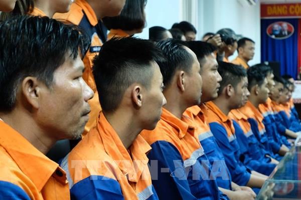 39 thuyền viên trên tàu câu mực gặp sự cố giữa biển được đưa về bờ an toàn