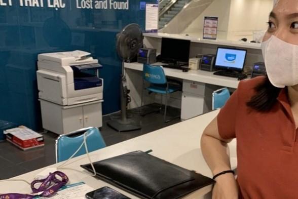 Khách thương gia bỏ quên túi hàng hiệu đựng rất nhiều tiền trên máy bay Vietnam Airlines