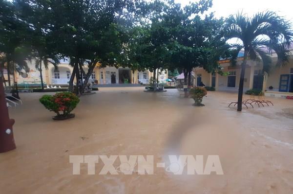 Quảng Trị: Ngập nặng, nhiều gia đình trắng đêm di chuyển tài sản đến nơi an toàn