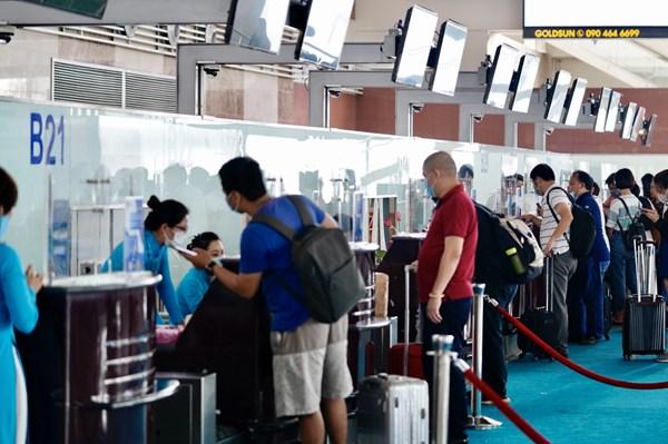 Lượng khách tăng trở lại, sân bay Nội Bài tăng cường giải pháp phòng dịch COVID-19
