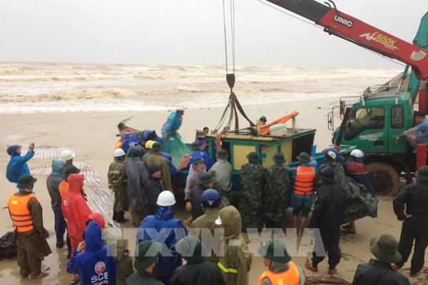 Quảng Trị: Lũ xuống chậm, tập trung cứu nạn thuyền viên trên tàu Vietship 01 bị mắc cạn