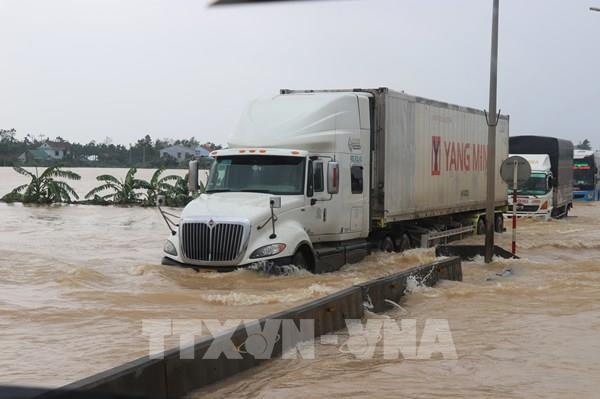 Nhiều tuyến quốc lộ còn ách tắc sau mưa lũ tại miền Trung