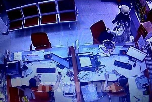 """Truy bắt đối tượng ôm """"bom tự chế"""" vào cướp ngân hàng Techcombank"""