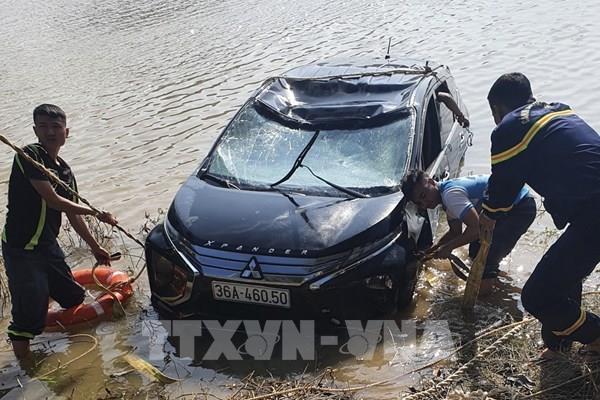 Thanh Hoá: Ô tô mất lái lao xuống sông Mã, 3 người tử vong