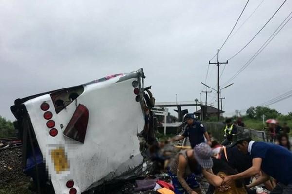 Thái Lan: Xe khách va chạm tàu hỏa, ít nhất 17 người thiệt mạng