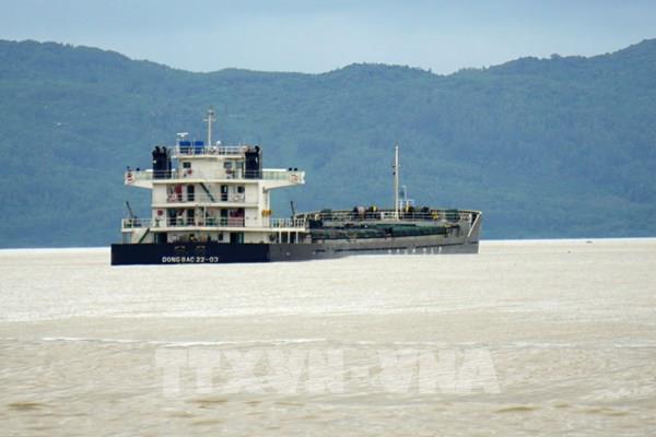 Tìm phương án giải cứu một tàu hàng bị mắc cạn trên vùng biển Nam Ô