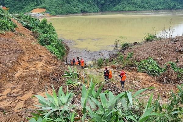 Tiến sâu vào thân đập thủy điện Rào Trăng 3 tìm kiếm các nạn nhân