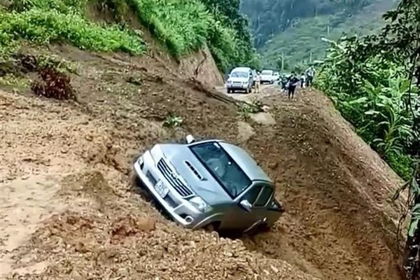 Sạt lở đất ở Sơn La, một xe ô tô bị cuốn xuống vực