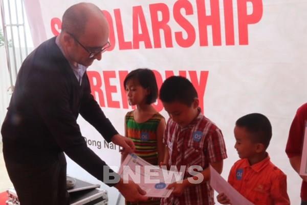 Trao hơn 160 triệu đồng học bổng cho con em lao động hoàn cảnh khó khăn