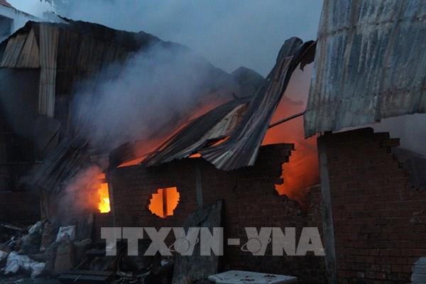 Cháy nhà xưởng phế liệu, sơ tán nhiều công nhân xung quanh