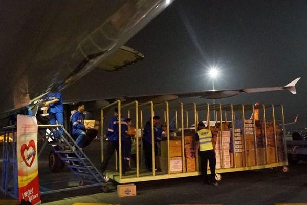 Vietjet Air vận chuyển miễn phí hàng hoá cứu trợ, tặng vé cho cán bộ đến vùng lũ